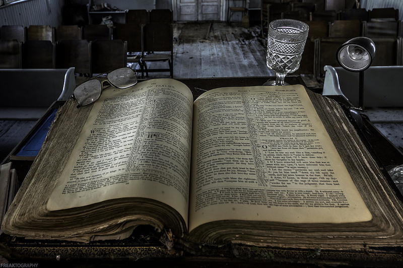 20161014_old_bible_in_abandoned_church_in_ontario